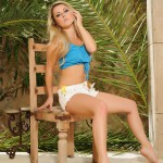 Rachel Mcdonald – Blue Top And White Denim Shorts - 0