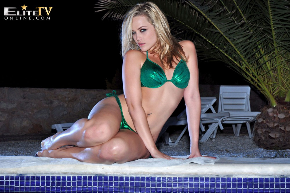 Alexis Texas – Green Bikini In The Pool