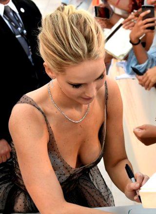 Jennifer Lawrence Is Left-handed