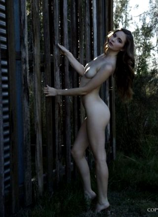 Nude-muse Evelyn – Outdoor Nudity